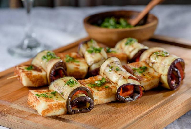 Σουβλάκια με μαλακό τυρί Μαστέλο, μελιτζάνες & κόκκινες πιπεριές